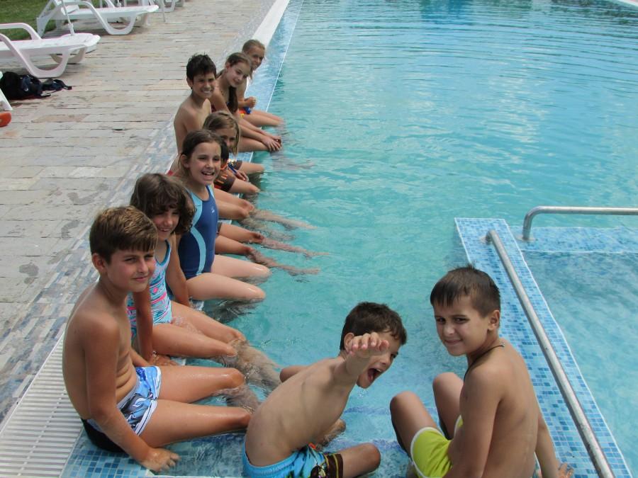 Има ли басейн, има и детски усмивки