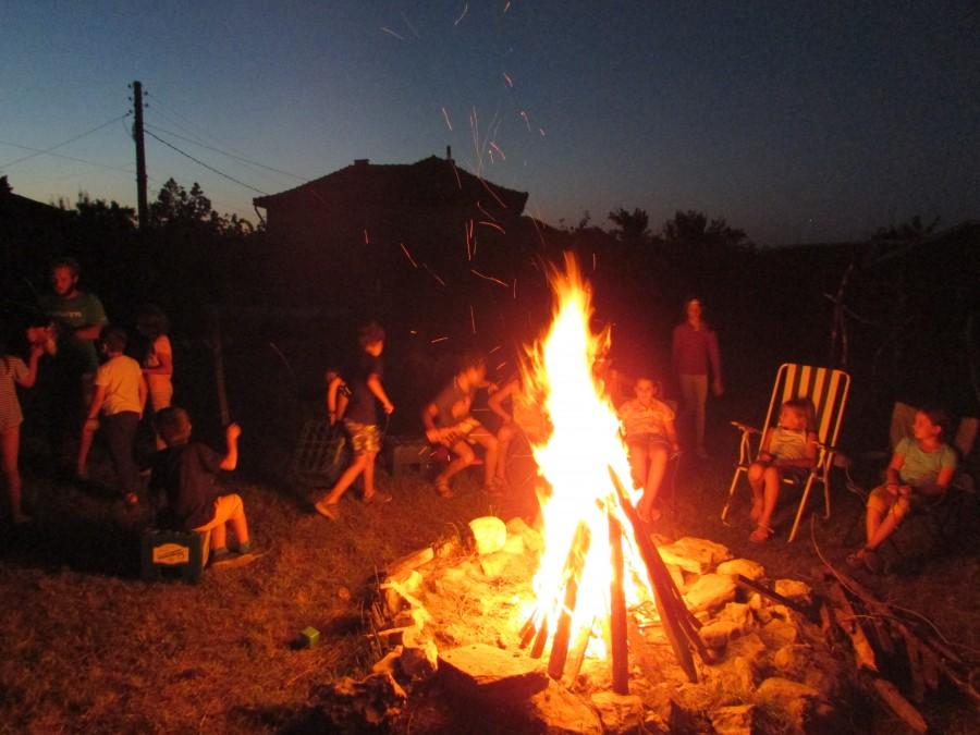 Лагерен огън на поляната с палатките