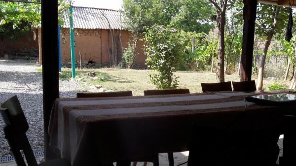 Поглед от навеса към двора